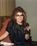 Debby Delmore tenant le trophée